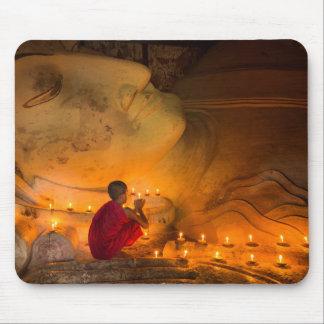 Alfombrilla De Ratón Monje que ruega por un Buda