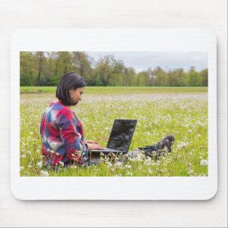 Alfombrilla De Ratón Mujer que se sienta con el ordenador portátil en