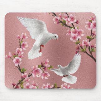 Alfombrilla De Ratón Palomas y flor de cerezo rosadas del estilo del