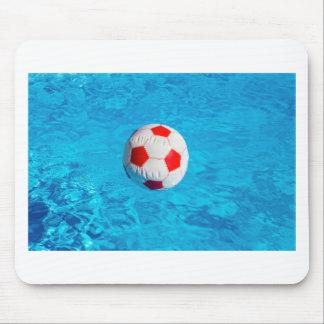 Alfombrilla De Ratón Pelota de playa que flota en piscina azul