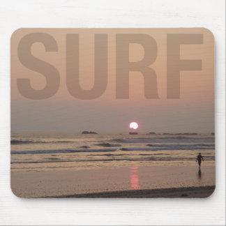 Alfombrilla De Ratón Persona que practica surf en la playa en el
