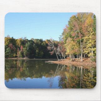 Alfombrilla De Ratón Reflexión del lago de las hojas anaranjadas de la