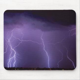 Alfombrilla De Ratón Relámpago púrpura en una tempestad de truenos del