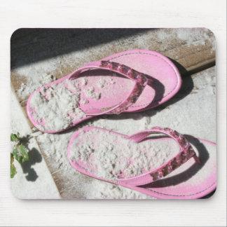 Alfombrilla De Ratón Sandalias arenosas rosadas del flip-flop en la pla