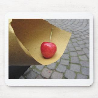 Alfombrilla De Ratón Una cereza roja en el papel de la comida de la