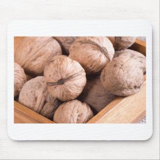 Alfombrilla De Ratón Vista macra de un grupo de nueces en una caja de