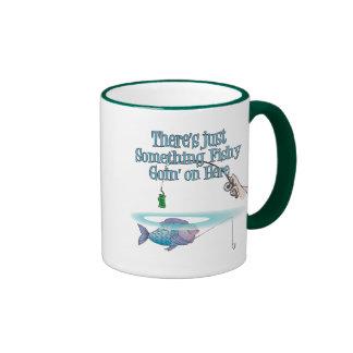 Algo el ir a pescado en las artes de pesca taza de dos colores