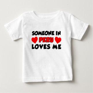 Alguien en Perú me ama Camiseta De Bebé