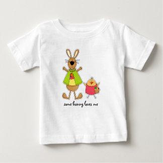 Algún conejito me ama. Camisetas del bebé de