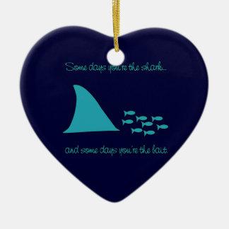 Algunos días usted es la camiseta del tiburón adorno navideño de cerámica en forma de corazón