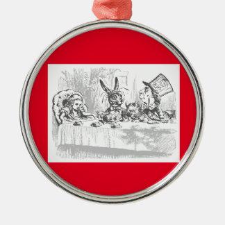 Alicia en el ornamento enojado de la fiesta del té adorno navideño redondo de metal