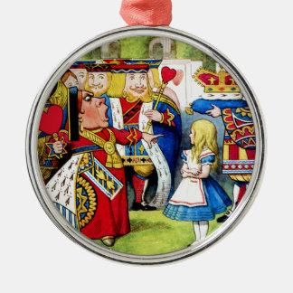Alicia encuentra a la reina de corazones en el ornamento de navidad