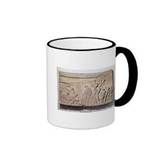 Alivio que representa Dionysus en el hogar de Taza De Dos Colores