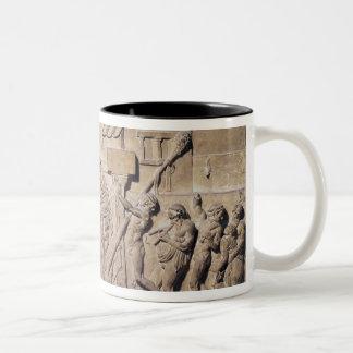Alivio que representa Dionysus en el hogar de Taza De Dos Tonos