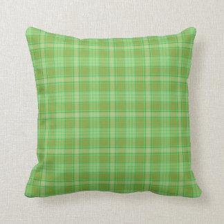 Almohada a cuadros de la tela escocesa verde,