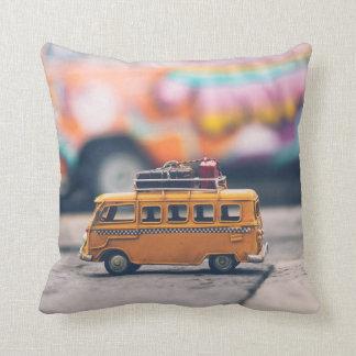 Almohada adorable del viajero del autobús del