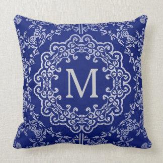 Almohada afiligranada azul y de plata del
