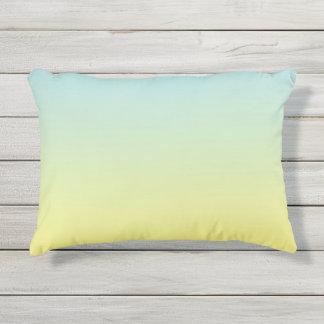 Almohada al aire libre azul y amarilla de Ombre