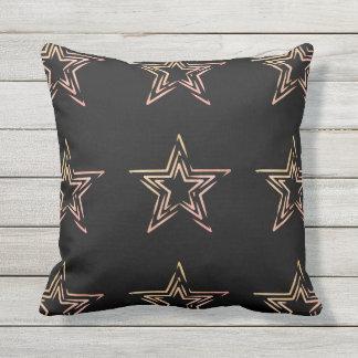Almohada al aire libre con las estrellas a mano