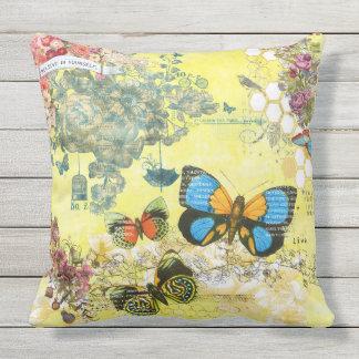 Almohada al aire libre floral de la mariposa