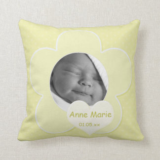 Almohada amarilla enorme de la foto del bebé del l