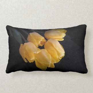 Almohada amarilla hermosa de los tulipanes