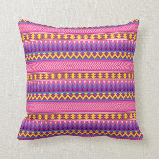 Almohada amarilla púrpura de la impresión del rosa