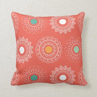 Almohada anaranjada redonda de Paisley