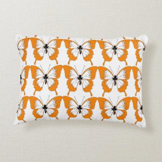 Almohada anaranjada y blanca de la mariposa