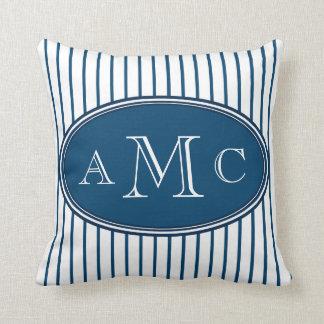 Almohada azul del monograma de las telas a rayas