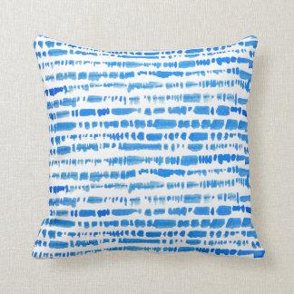 Almohada azul ecléctica del teñido anudado de Boho
