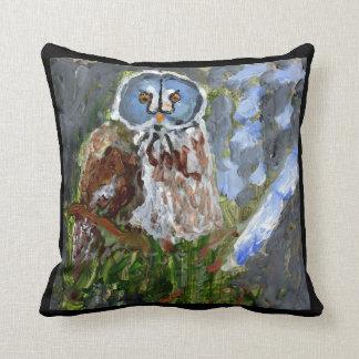 Almohada azul-hecha frente irritable del búho