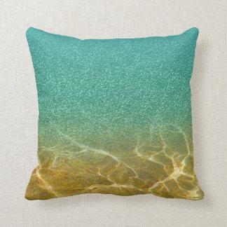Almohada azul reluciente del mar y de la arena