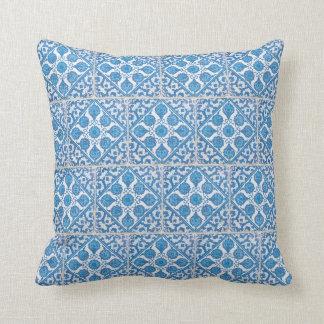 Almohada blanca azul de la teja de los Cornflowers