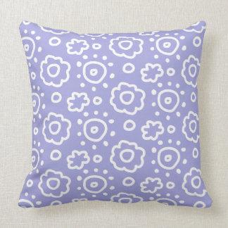 Almohada blanca del estampado de flores de la