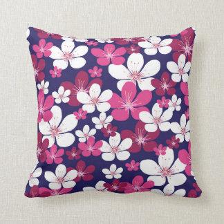 Almohada blanca y rosada enrrollada de la flor de