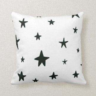 Almohada blanco y negro de las estrellas