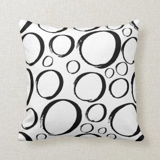 Almohada blanco y negro de los círculos