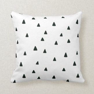 Almohada blanco y negro de los triángulos