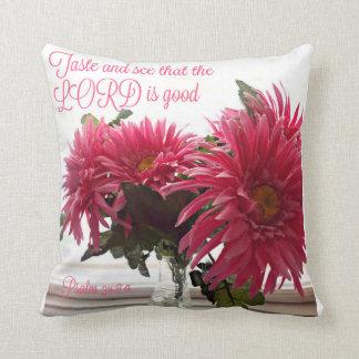 Almohada bonita con las margaritas rosadas con