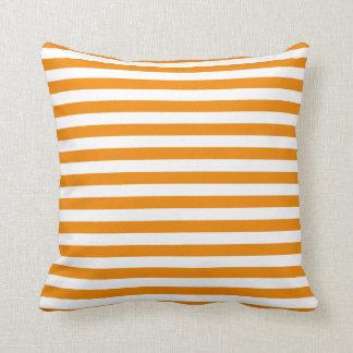 Almohada clásica anaranjada de la raya de la