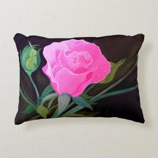 Almohada color de rosa rosada en fondo negro cojín decorativo