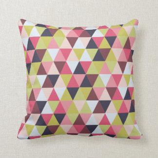 Almohada colorida del triángulo (sobre todo rosas