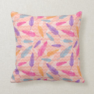 Almohada con el modelo colorido de las plumas