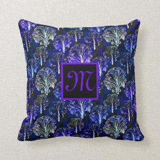 Almohada con monograma azul y violeta elegante