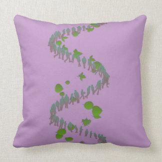 Almohada de la gente y de las hojas púrpura