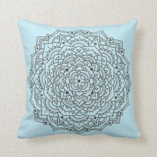 Almohada de tiro azul de la mandala de la flor