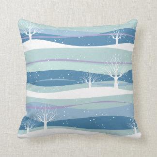 Almohada de tiro azul de los árboles de la nieve