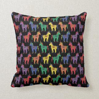 Almohada de tiro colorida de los unicornios del