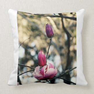 Almohada de tiro de la magnolia - flor rosada -